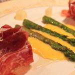 Jamon Ibérico de bellota med asparges, hollandaise, acasiehonning og manchego.