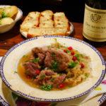 Fårikål servert med potet i persillesmør, focaccia, skogsbær, og en god hvitvin