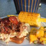 Pulled pork med coleslaw, mangosalat og maiskolber