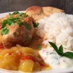 Kyllingfilet med mangosaus, ris, mangochutney og raita