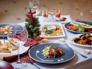 Bord dekorert med julemat til lunsj