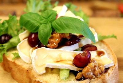 Smørbrød med brie ost og nøtter