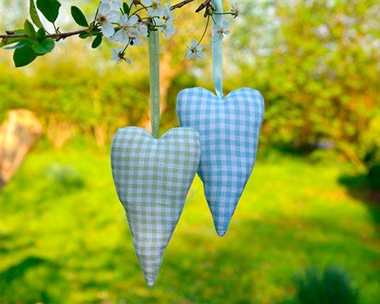 To hengende hjerter i et tre